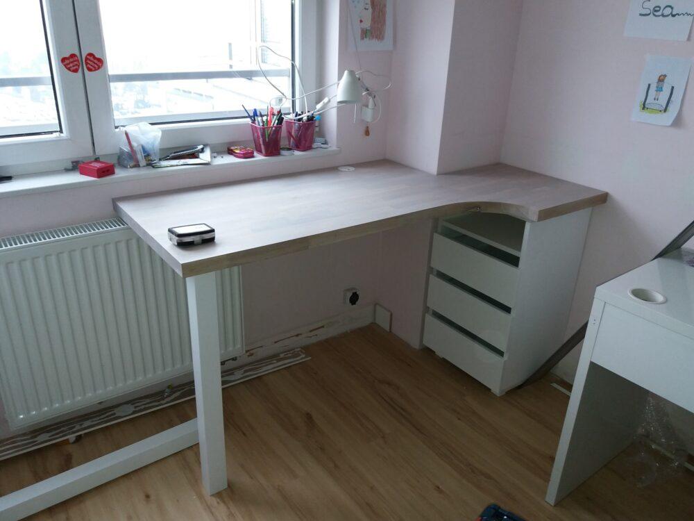 Biurko z blatem dębowym bielonym. Nogi biurka lakierowane.