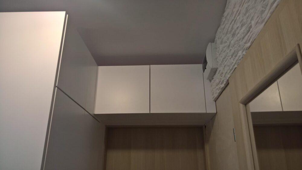 Dzięki zastosowaniu systemów podnoszenia frontów firmy HAFELE drzwiczki szafek górnych zatrzymują się w każdej pozycji.