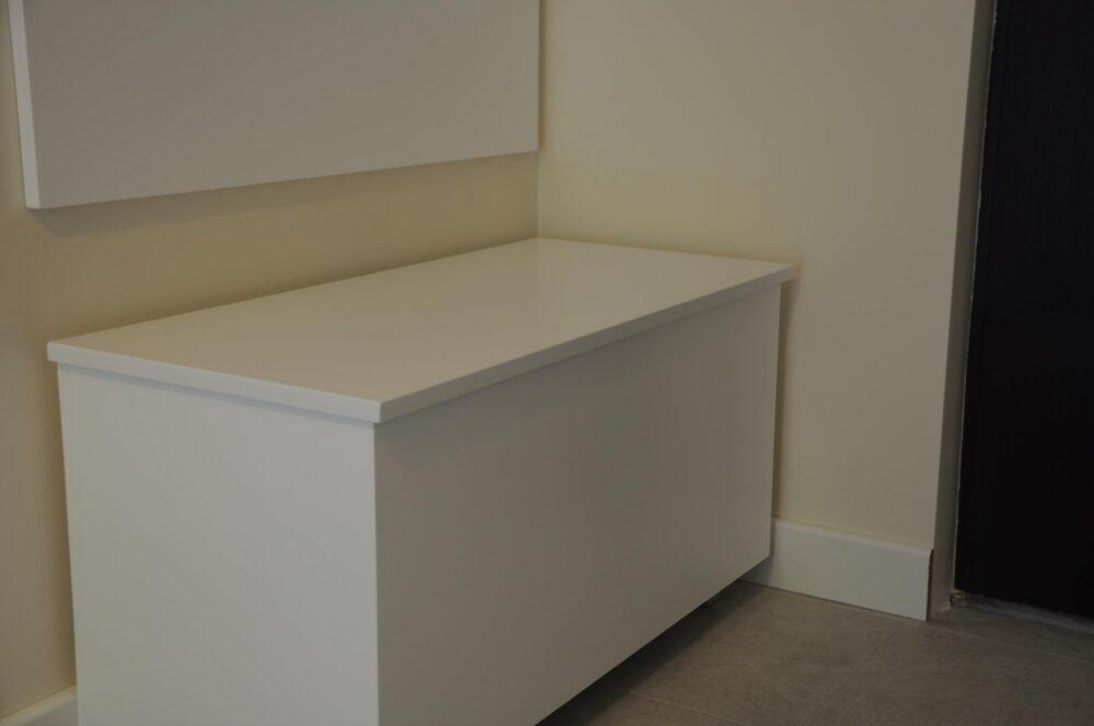 Szafka pod umywalkę. Skrzynia - siedzisko. Fronty i elementy widoczne - lakierowane biały mat. Blat - buk lakierowany.