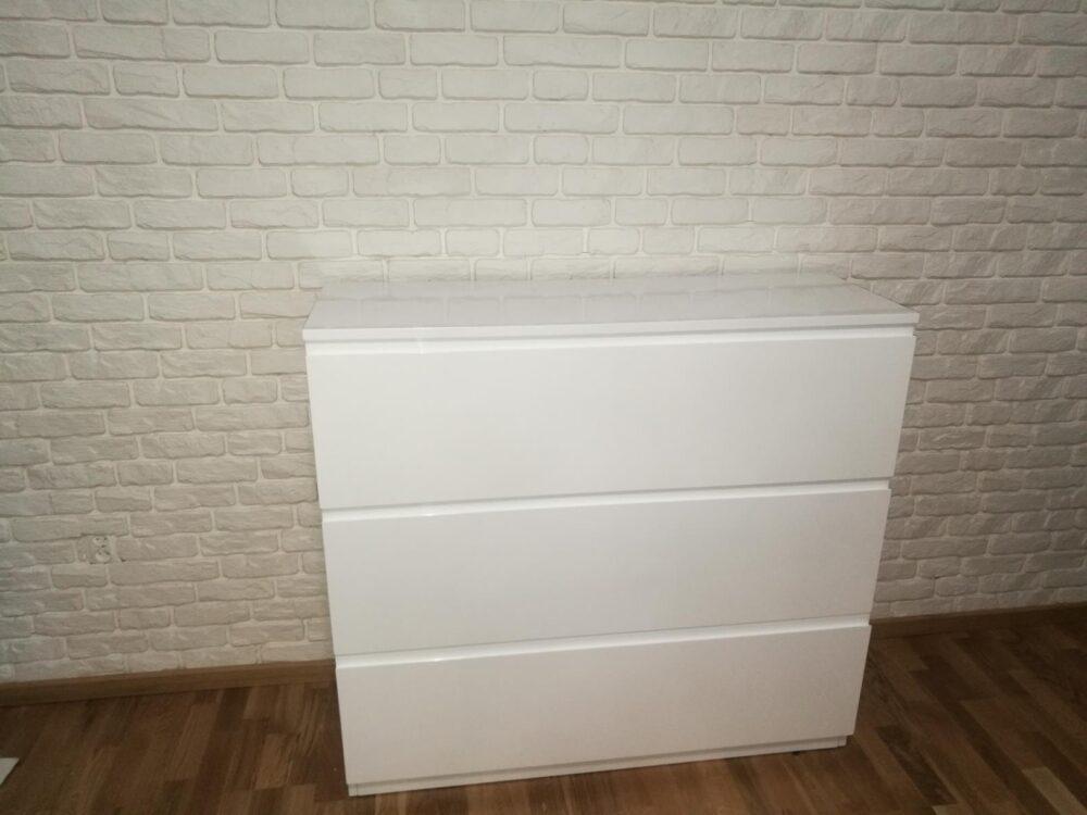 Komoda z szufladami z cichym domykiem lakierowana na wysoki połysk.