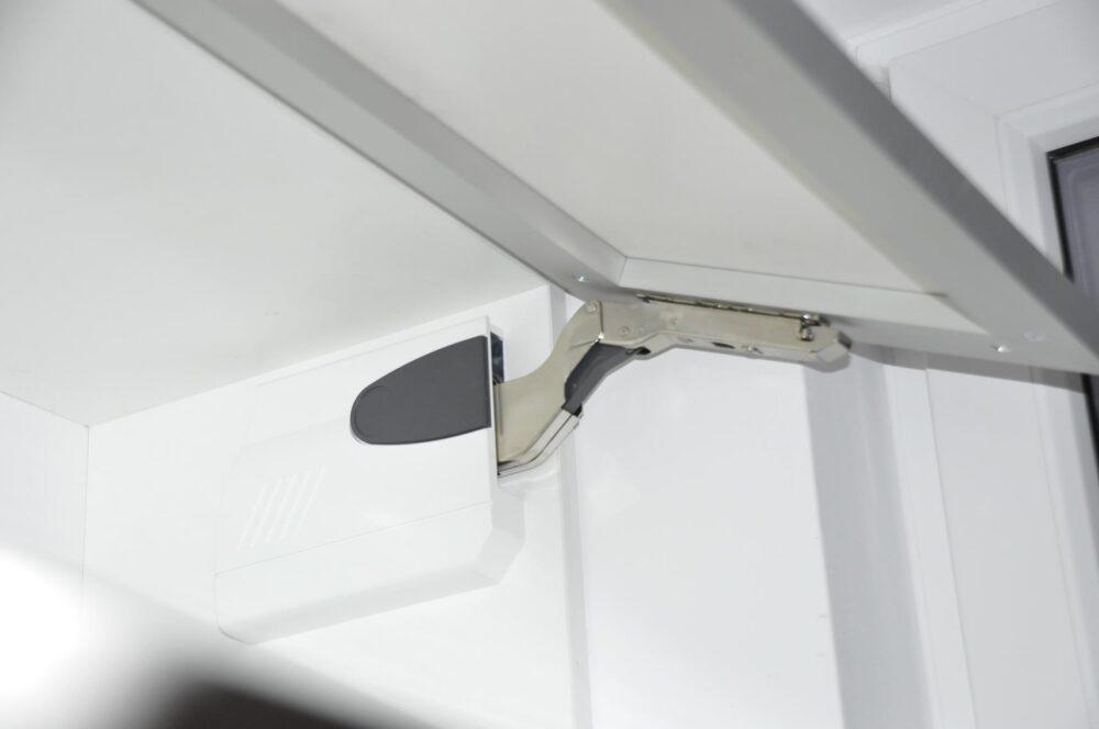 Szafki górne posiadają systemy otwierania firmy BLUM -AVENSTOS HK - w wersji TIP-ON.