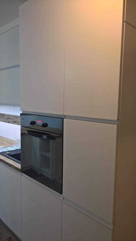 Systemy szuflad jak i drzwiczek otwieranych klasycznie wykonaliśmy na niezawodnych systemach firmy Hettich z
