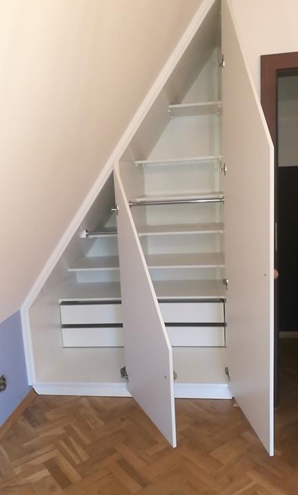 Dwie szafy pod skosami Szuflady cichy i zawiasy domyk. Dzięki zastosowaniu zawiasów o szerokim kącie otwarcia, nie ma problemu z dostępem do niższej części szafy.