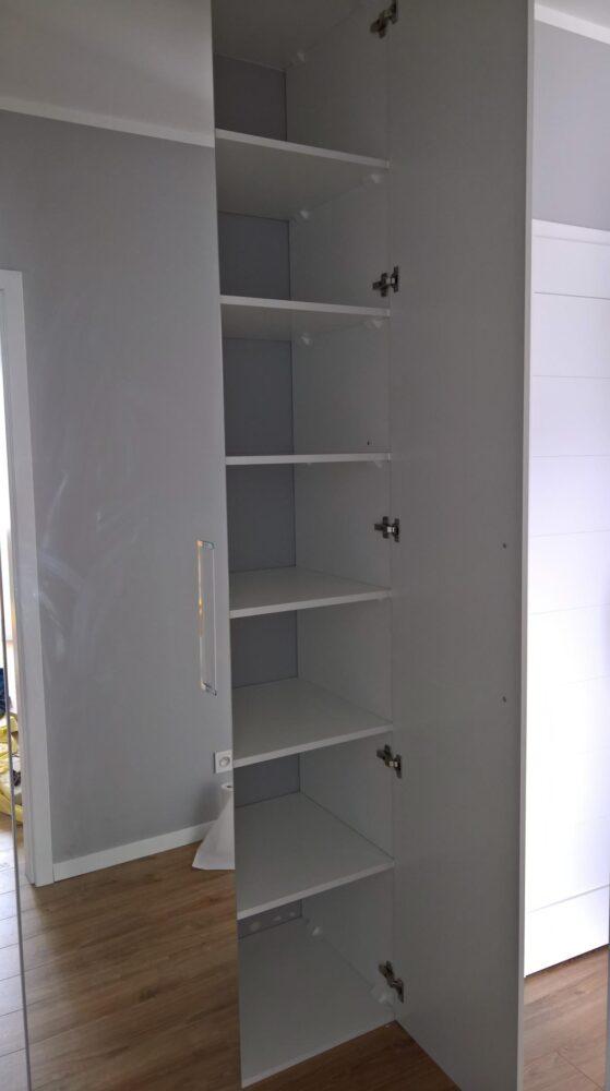 Szafa 4- drzwiowa, otwierana klasycznie.