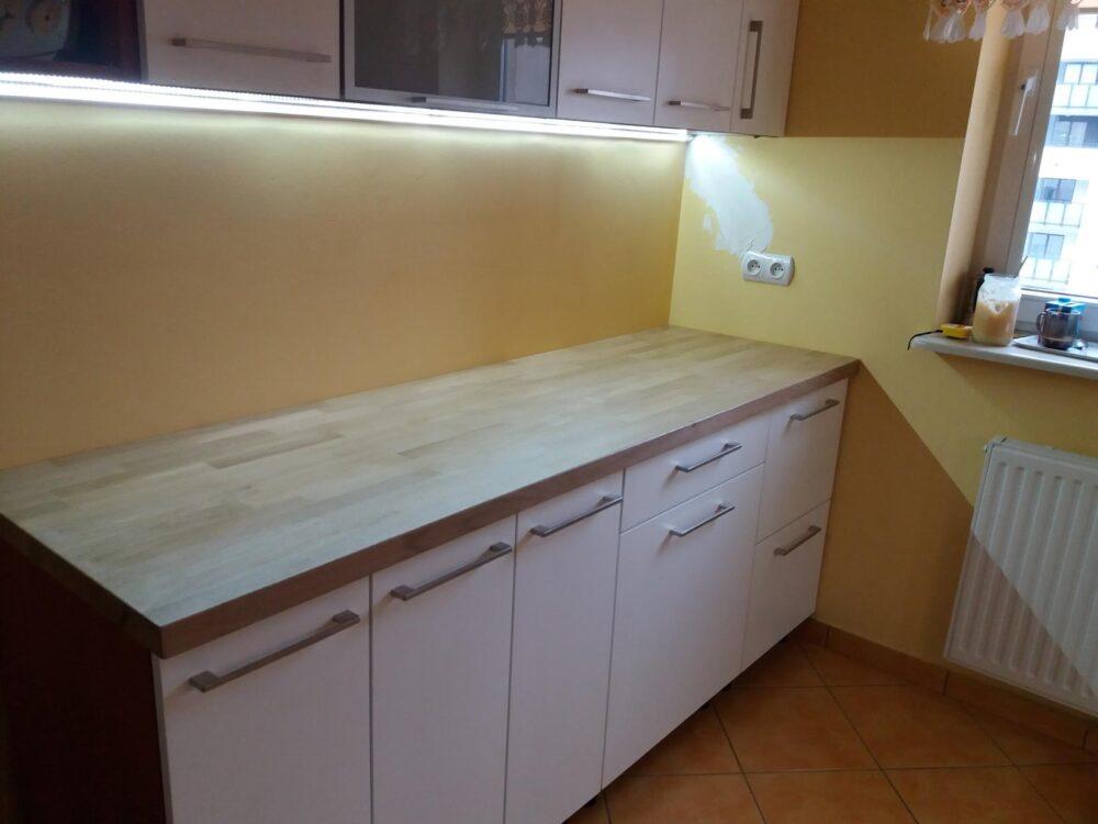 Zabudowa kuchenna Mokotów. Fronty szafek lakierowane biały półmat. Uchwyty klasyczne.