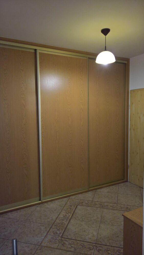 Zabudowa wejściowa. Szafa przesuwana i szafa narożna otwierana klasycznie.