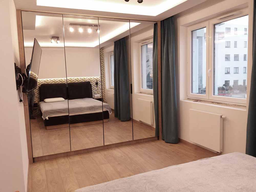 Szafa w sypialni i w przedpokoju dzięki frontom lustrzanym powiększa znacznie sypialnie jak i hol.