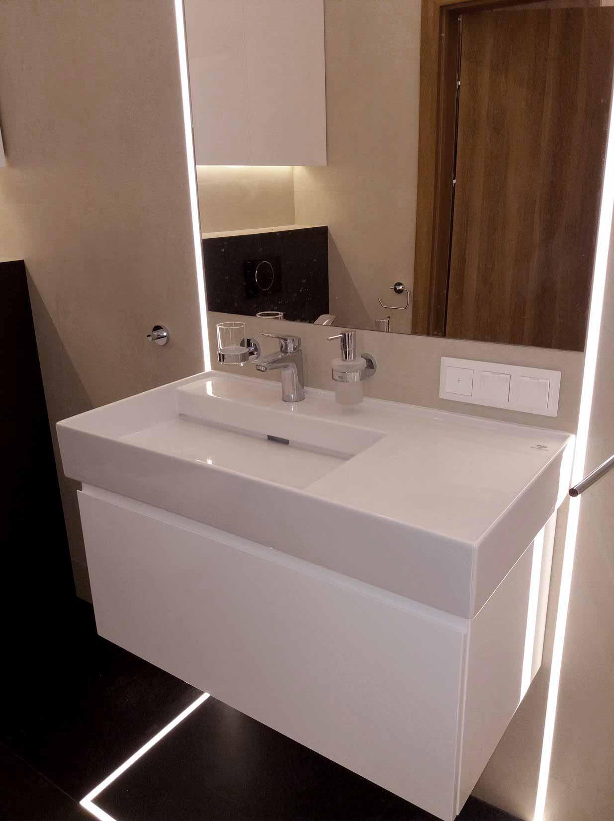 Fronty szafek w WC zostały wykonane z wysokiej jakości płyty MDF, polakierowanej na wysoki połysk, szafka nad
